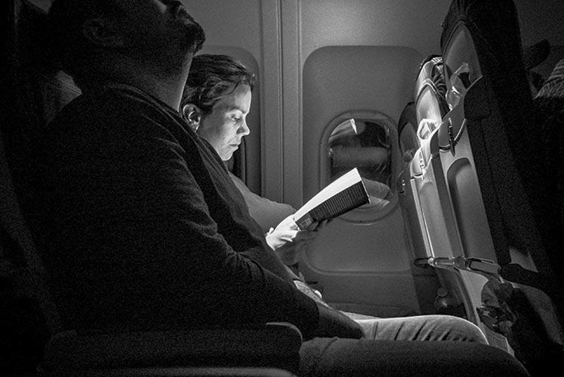کتاب خواندن در هواپیما