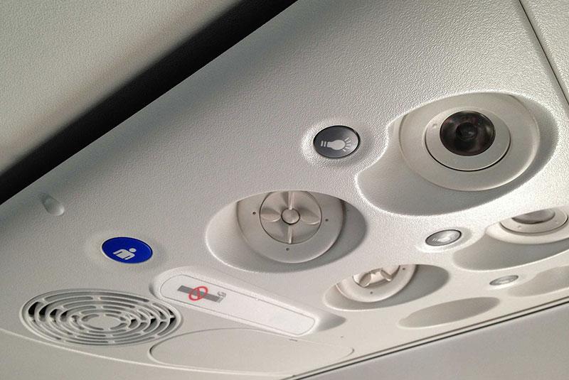 استفاده از تهویه هوای بالای سر در هواپیما