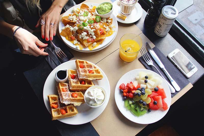 صبحانه در مونمارتر پاریس