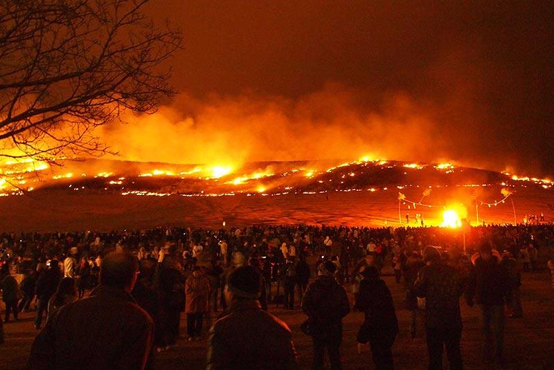 فستیوال سوزاندن کوه در ژاپن