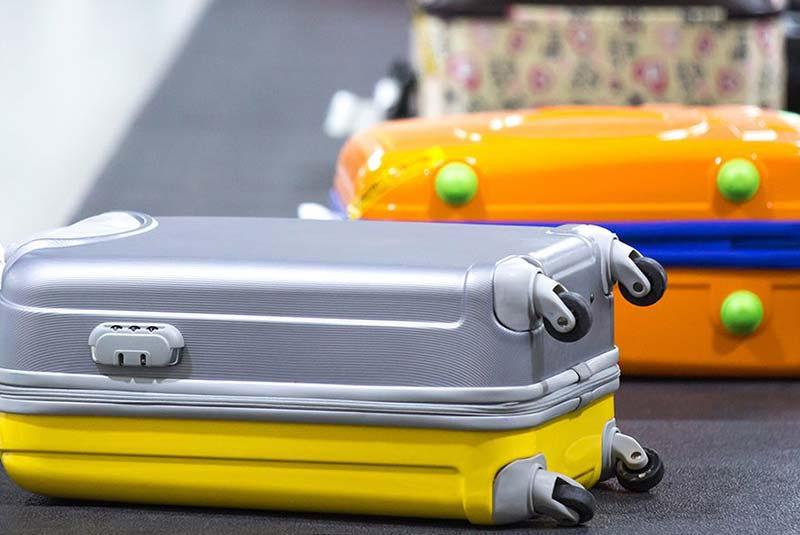 چمدان در فرودگاه