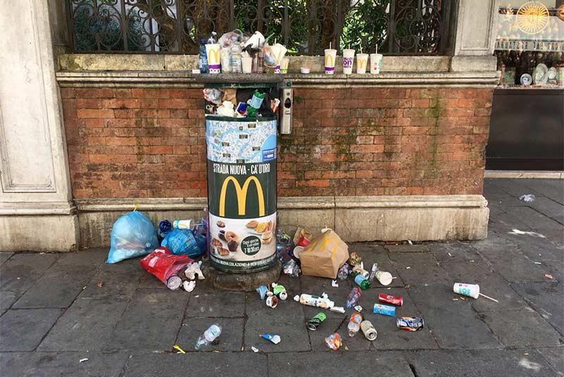 رها کردن زباله در خیابان در ونیز