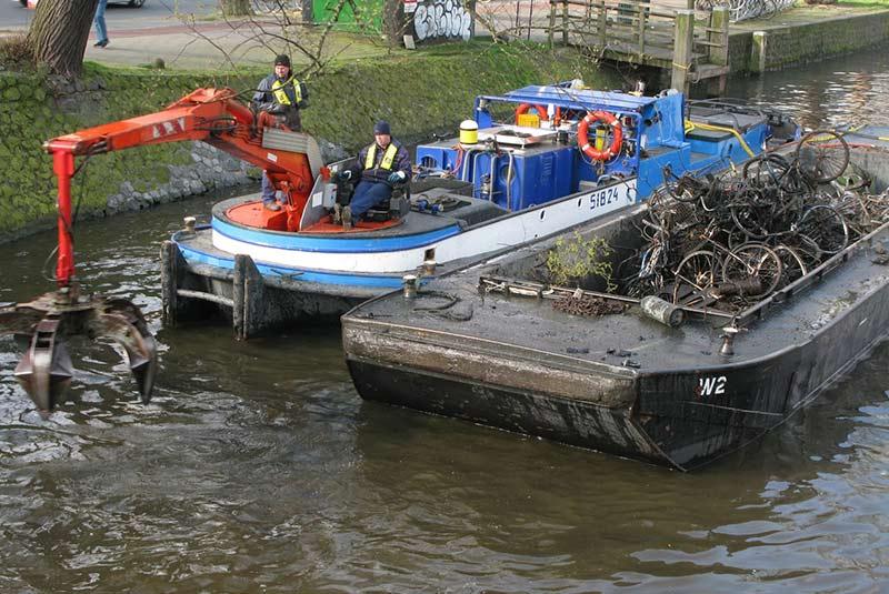 دوچرخه های درون کانال های آمستردام