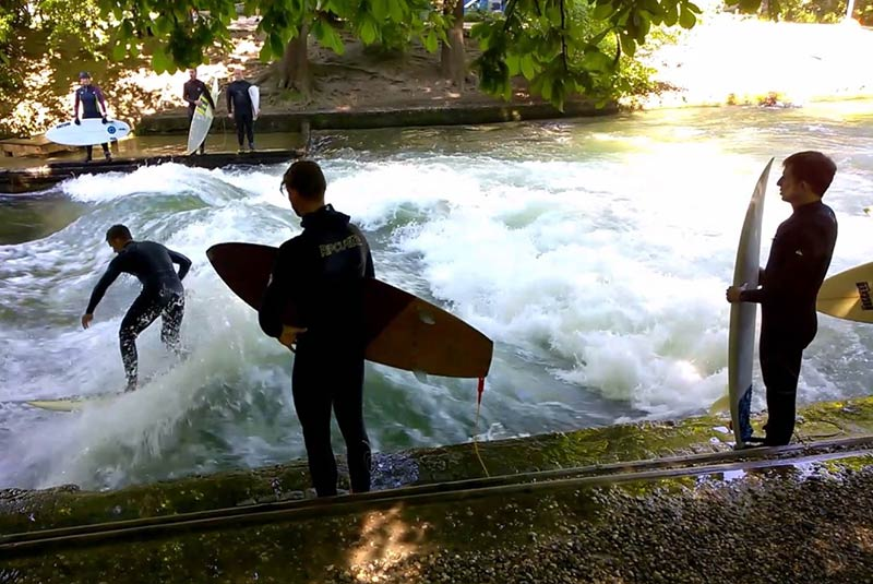 موج سواری در باغ انگلیسی مونیخ