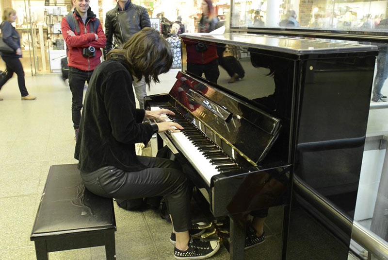پیانوی التون جان در ایستگاه پانکراس