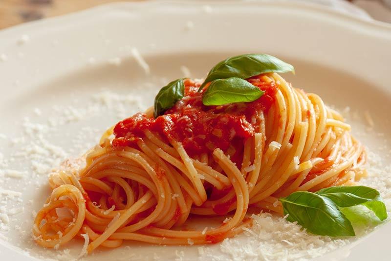 پاستا با سس گوجه و ریحان - غذای ایتالیایی