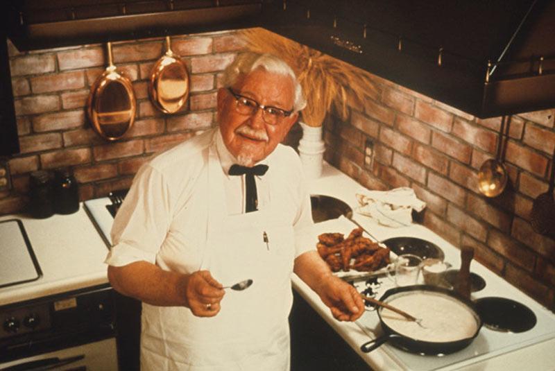 کلنل سندرز در حال آشپزی