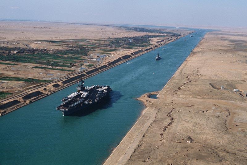 عبور ناو هواپیمابر از کانال سوئز