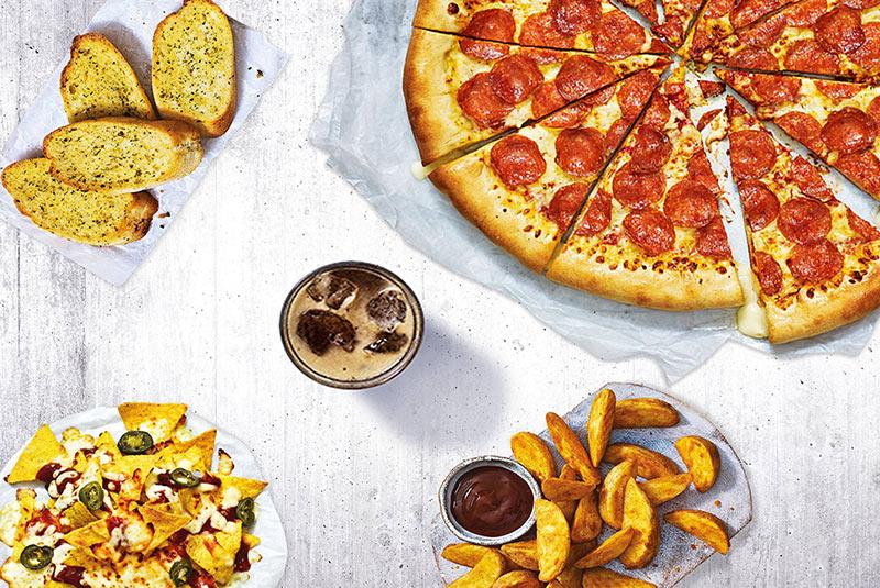 پیتزا و نوشابه